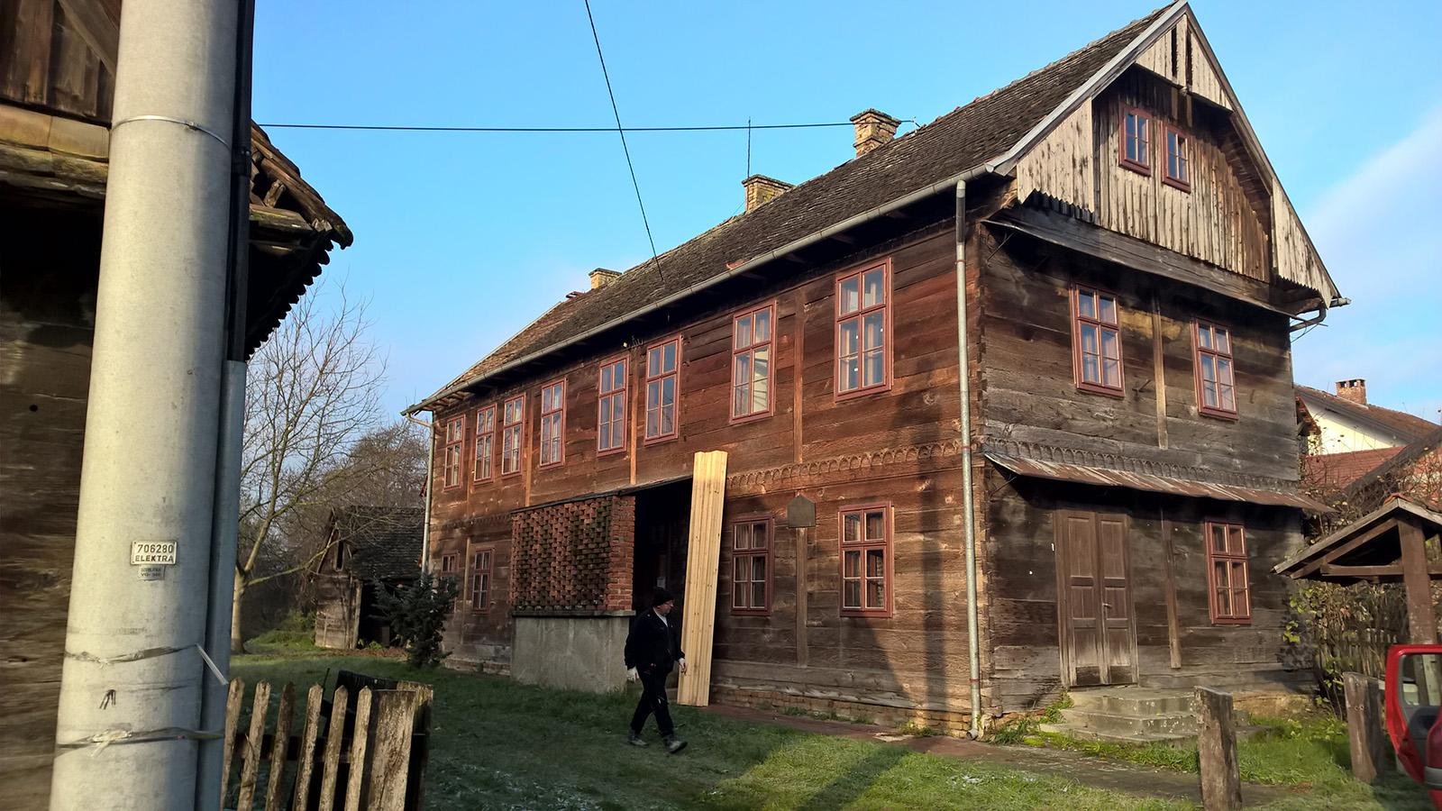 Započeli radovi na obnovi krova stare škole u Kučama